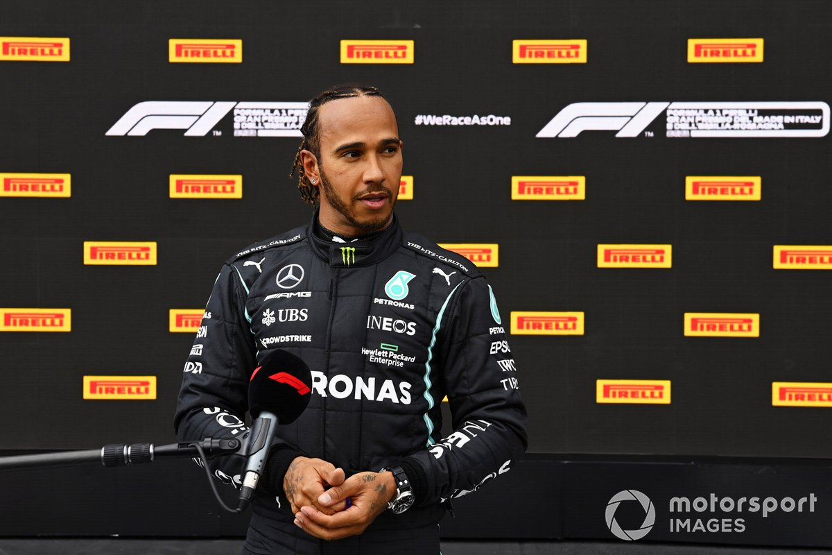 Lewis Hamilton, de Mercedes, habla con la prensa en el Parc Ferme