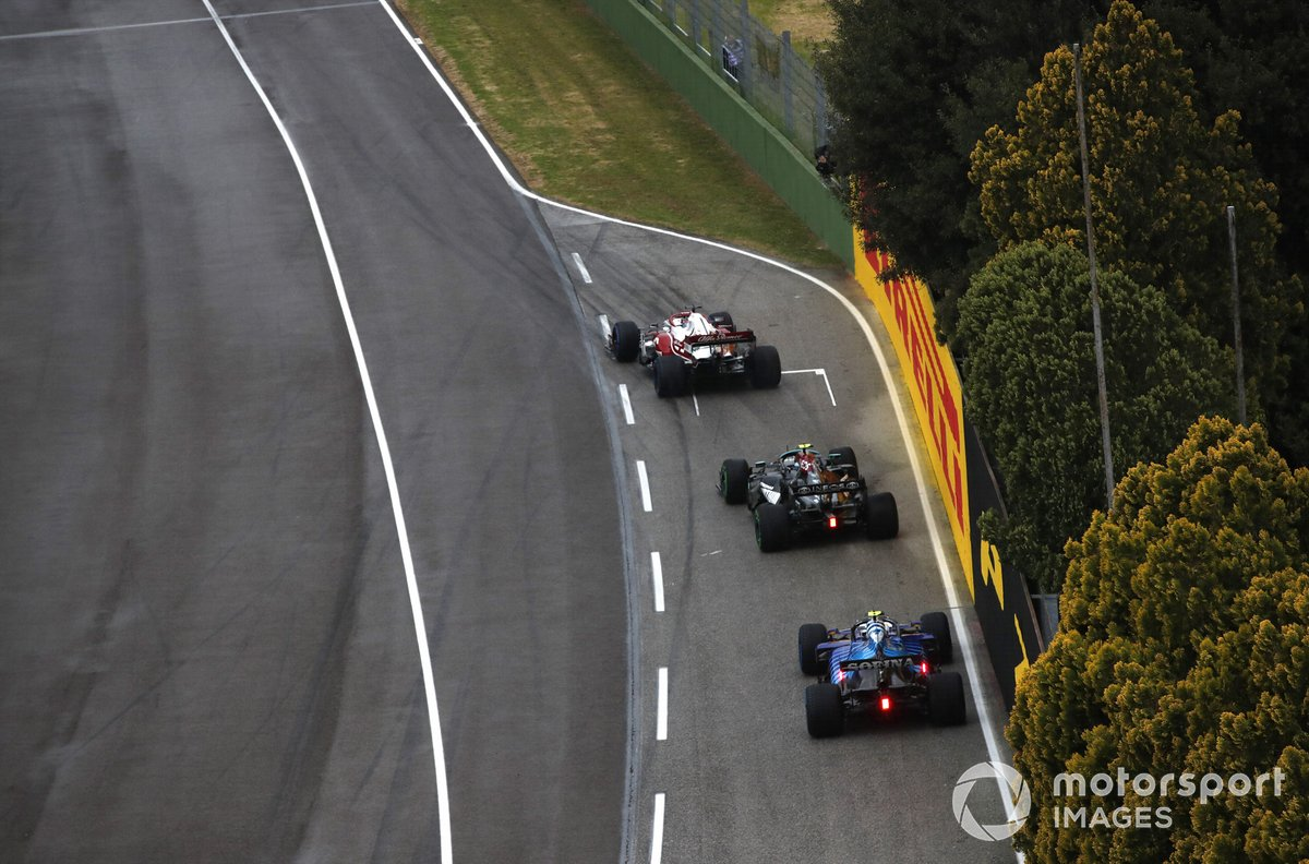 Kimi Raikkonen, Alfa Romeo Racing C41, Valtteri Bottas, Mercedes W12, e Esteban Ocon, Alpine A521, to the grid