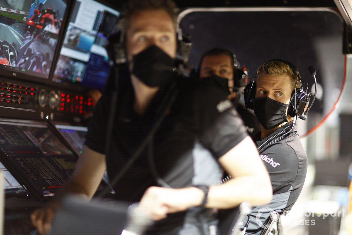 Mick Schumacher, Haas F1, e il team Haas F1 al muretto dei box