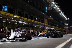 Daniil Kvyat, AlphaTauri AT01, Lewis Hamilton, Mercedes F1 W11, in the pits