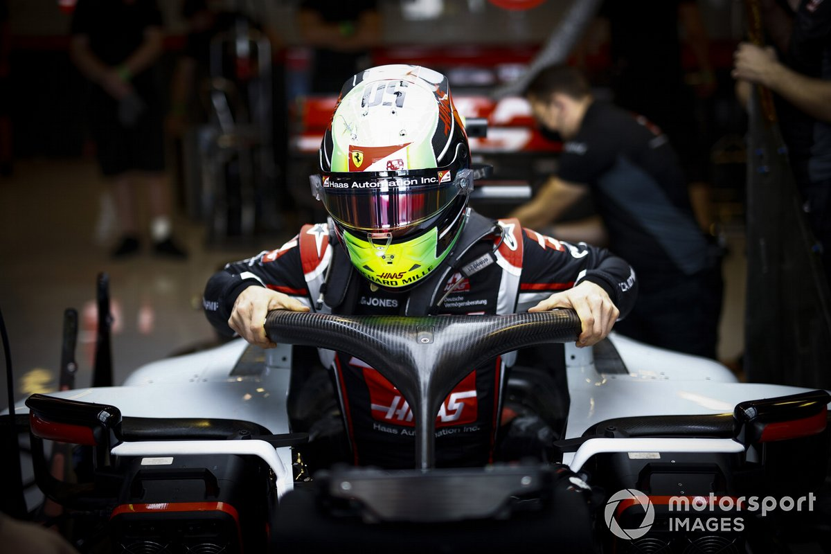 Mick Schumacher, Haas VF-20, se sube al coche