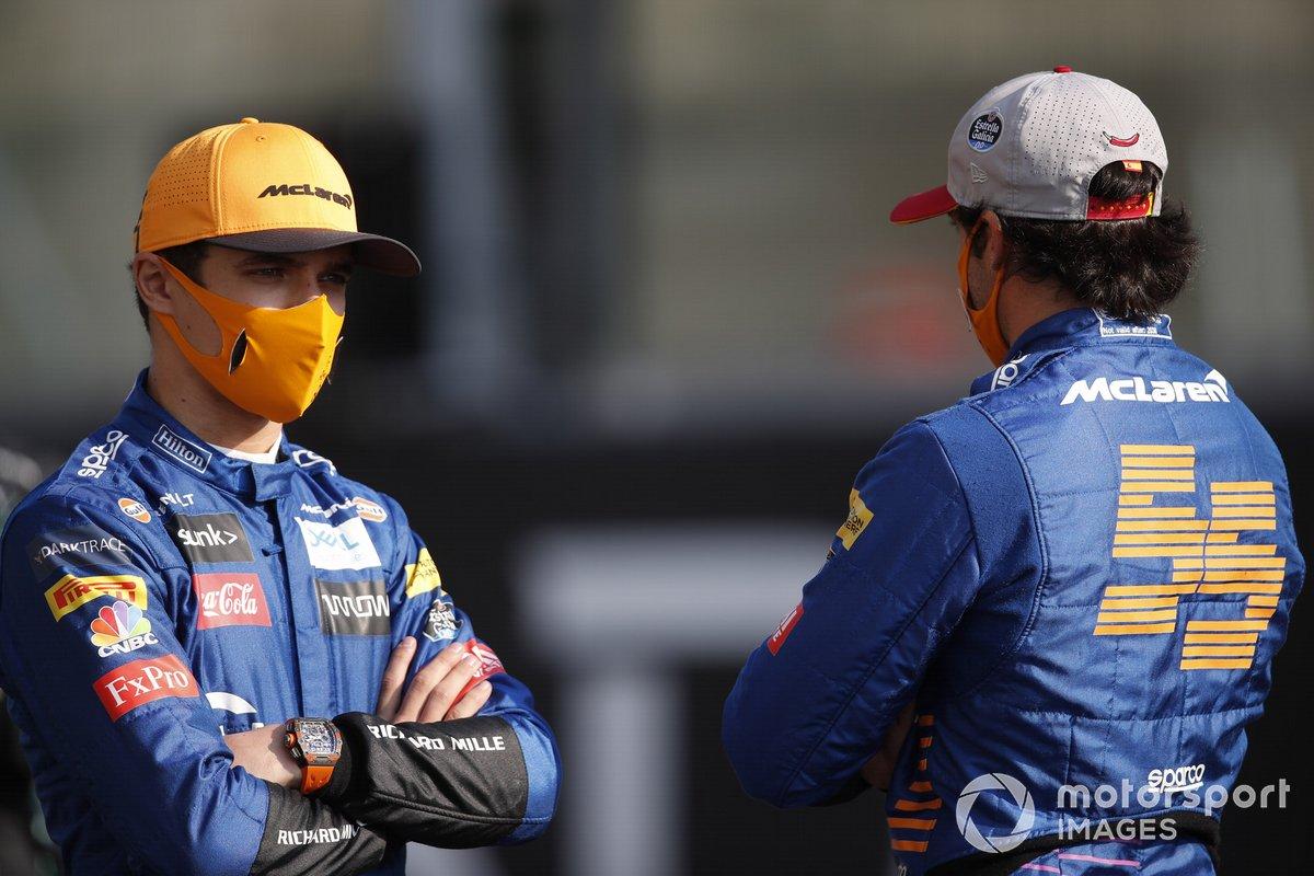 Lando Norris, McLaren, Carlos Sainz Jr., McLaren, durante la foto de grupo de los pilotos al final de la temporada