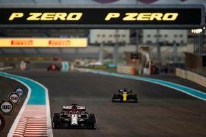 Kimi Raikkonen, Alfa Romeo Racing C39, Daniel Ricciardo, Renault F1 Team R.S.20