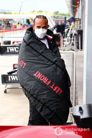 Lewis Hamilton, Mercedes, rapped in a tyre blanket