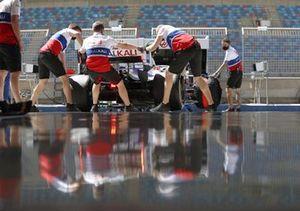 Haas F1 team engineers in the garage Mick Schumacher, Haas VF-21