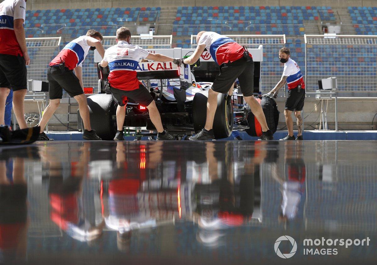 Mick Schumacher, Haas VF-21 e gli ingegneri del team Haas F1 in garage