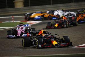 Max Verstappen, Red Bull Racing RB16, Sergio Perez, Racing Point RP20, en Alex Albon, Red Bull Racing RB16
