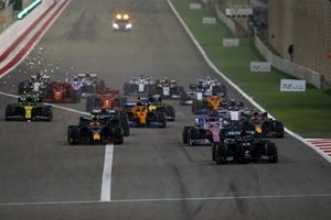 Lewis Hamilton, Mercedes F1 W11, Alex Albon, Red Bull Racing RB16, Sergio Perez, Racing Point RP20, Max Verstappen, Red Bull Racing RB16, Valtteri Bottas, Mercedes F1 W11, and the rest of the field at the restart