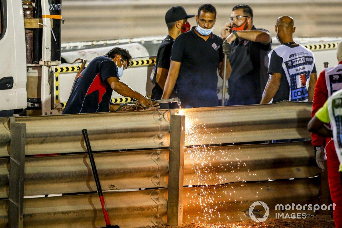 Un equipo repara el Armco después de del accidente de Romain Grosjean