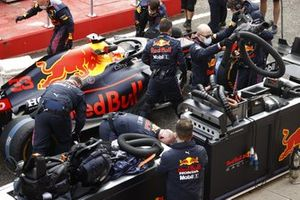 Mechanics with Max Verstappen, Red Bull Racing RB16B,