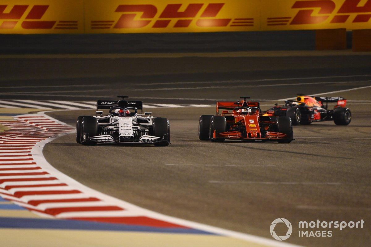 Daniil Kvyat, AlphaTauri AT01, Sebastian Vettel, Ferrari SF1000, e Max Verstappen, Red Bull Racing RB16