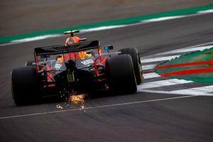 Scintille dal posteriore della , Red Bull Racing RB16, di Alex Albon