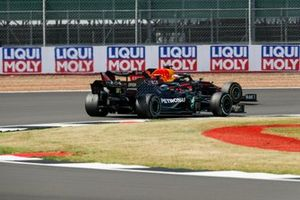 Valtteri Bottas, Mercedes F1 W11 and Max Verstappen, Red Bull Racing RB16 battle for the lead of the race
