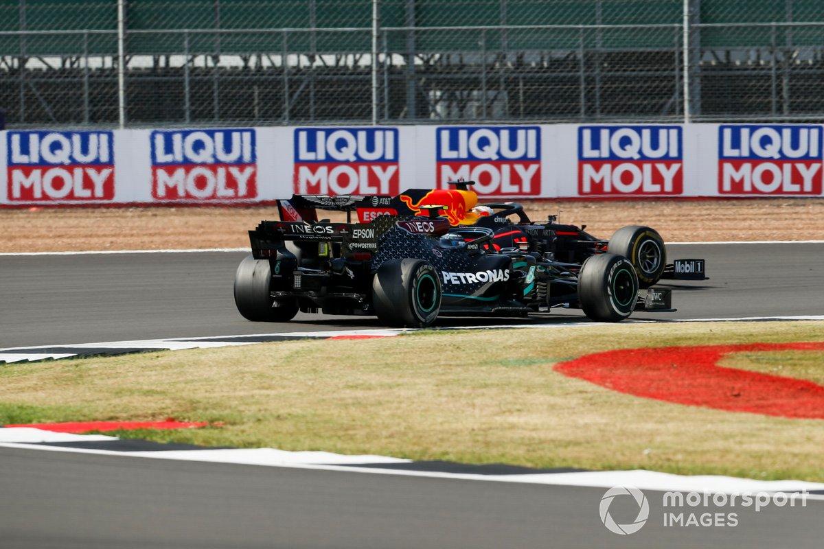 Valtteri Bottas, Mercedes F1 W11 y Max Verstappen, Red Bull Racing RB16 batalla por el liderato de la carrea