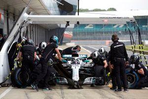 Льюис Хэмилтон за рулем Mercedes W09 на пит-лейне