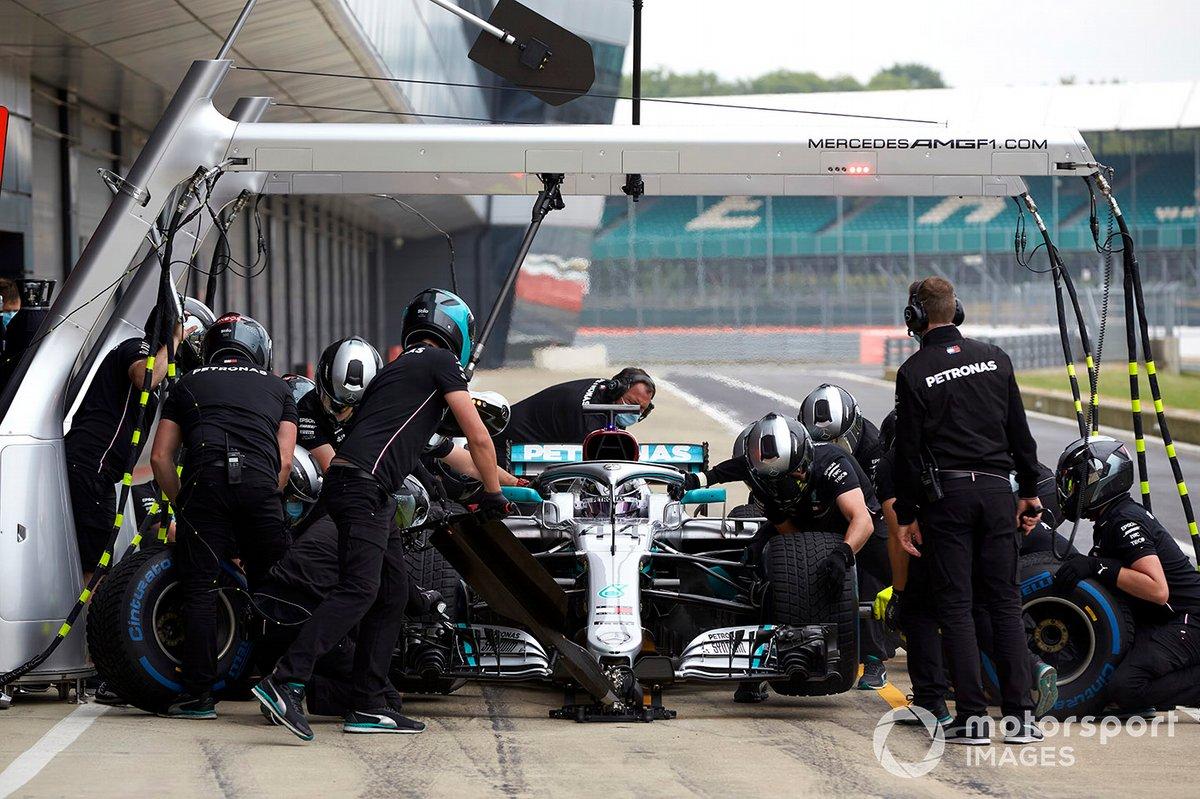 Lewis Hamilton, en boxes con el Mercedes W09