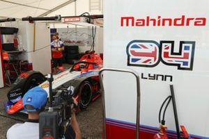 Alex Lynn, Mahindra Racing, M6Electro assis dans sa monoplace dans son garage