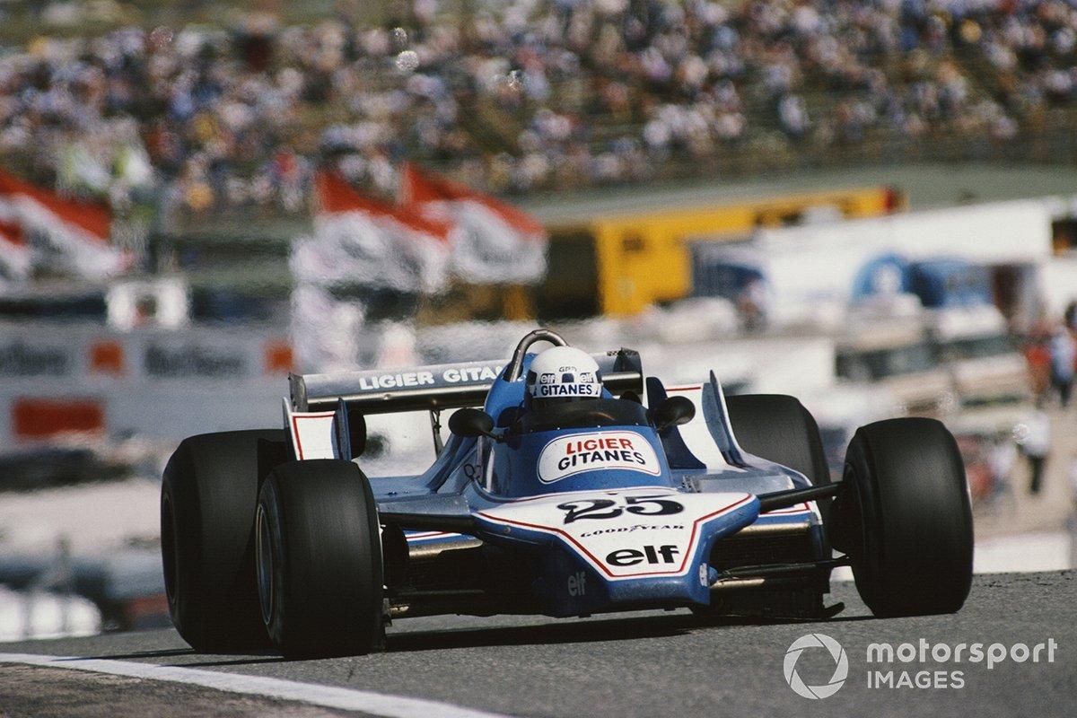 Однако это явно был не день Ligier. Всего за 15 кругов до клетчатого флага и второй пилот команды выбыл из гонки – и вновь из-за переднего левого колеса. Но если Лаффит сам снес его в аварии, то у комфортно лидирующего Пирони оно просто открутилось, выдержав только 65 кругов из 80