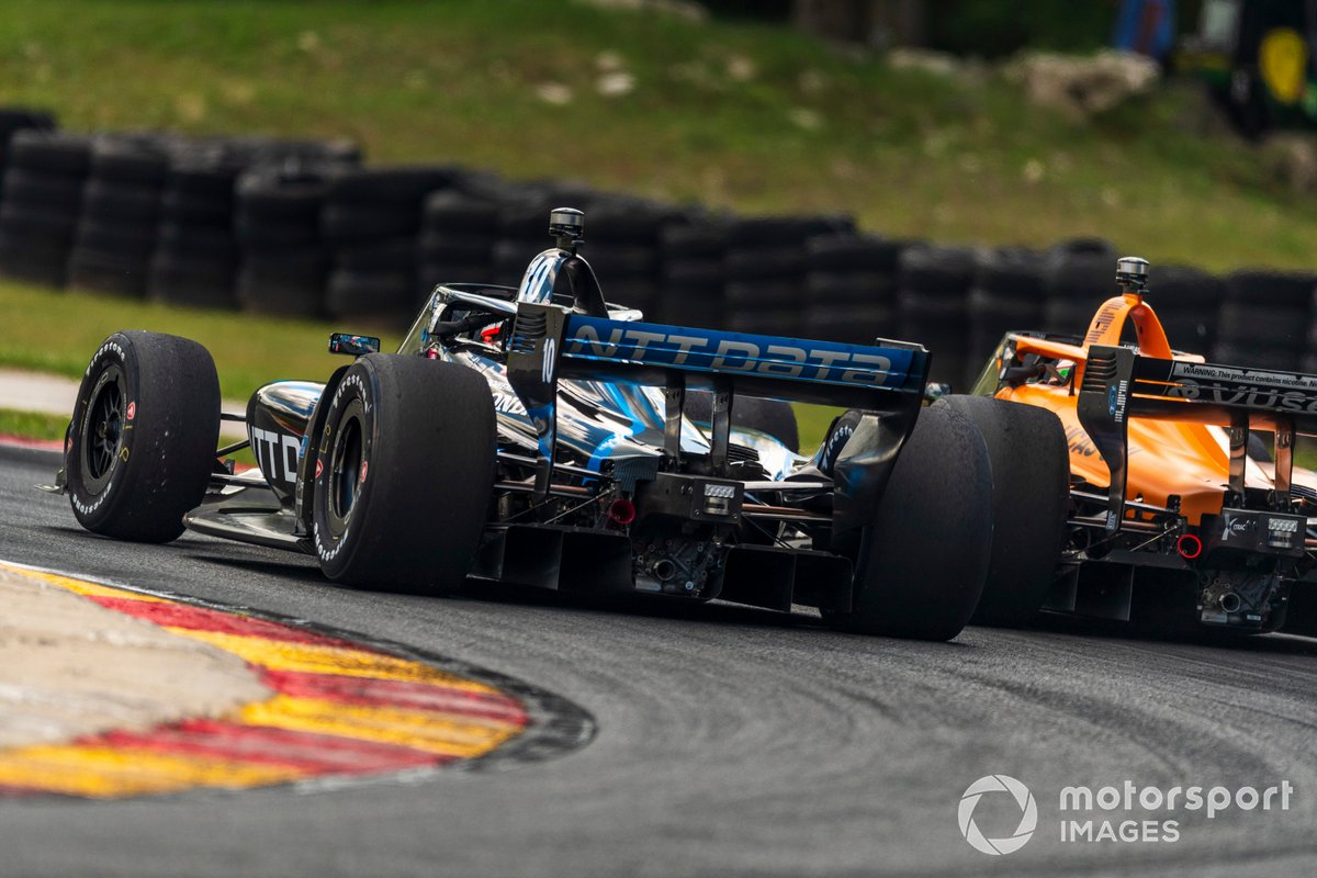 Batalla de Felix Rosenqvist, Chip Ganassi Racing Honda, Patricio O'Ward, Arrow McLaren SP Chevrolet