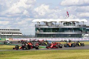 Max Verstappen, Red Bull Racing RB16, Charles Leclerc, Ferrari SF1000, Carlos Sainz Jr., McLaren MCL35, Daniel Ricciardo, Renault F1 Team R.S.20, and the remainder of the field on the opening lap