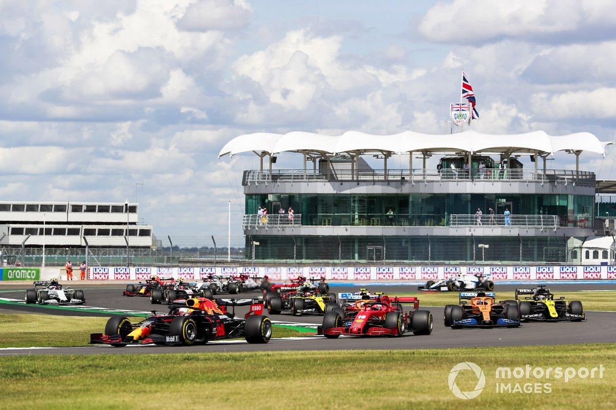 Max Verstappen, Red Bull Racing RB16, Charles Leclerc, Ferrari SF1000, Carlos Sainz Jr., McLaren MCL35, Daniel Ricciardo, Renault F1 Team R.S.20, e il resto del gruppo al primo giro