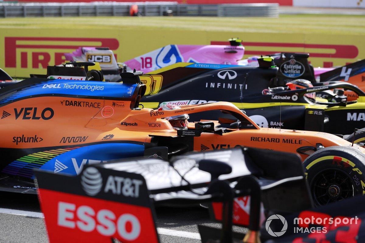 Carlos Sainz Jr., McLaren MCL35, Esteban Ocon, Renault F1 Team R.S.20, e Lance Stroll, Racing Point RP20, arriva nel Parc Ferme