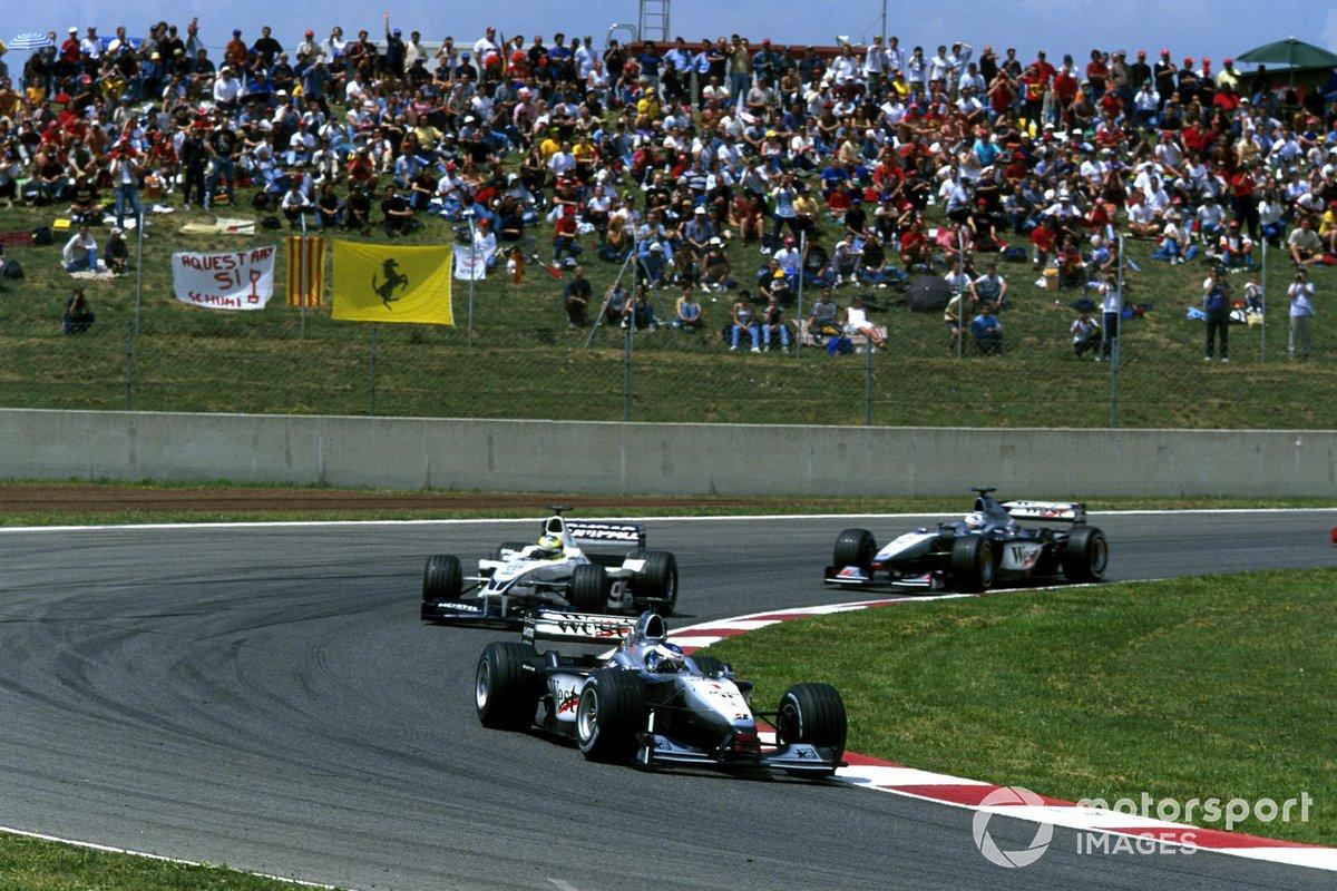 Mika Häkkinen, Mclarens MP4-15 leads Ralf Schumacher, Williams FW22