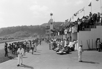 Vista del complejo de pits con el Ferrari de Clay Regazzoni y Jacky Ickx en primer plano