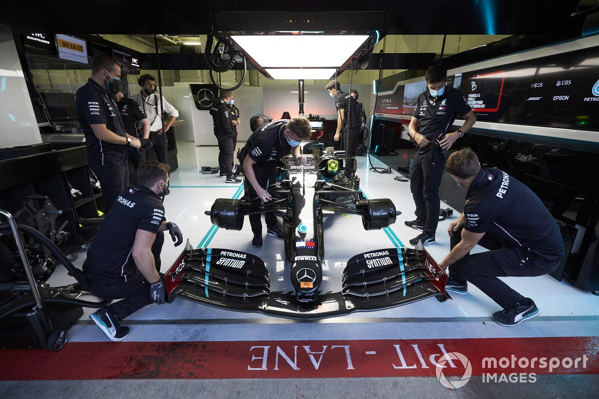 Car of Valtteri Bottas, Mercedes F1 W11 EQ Performance nel garage