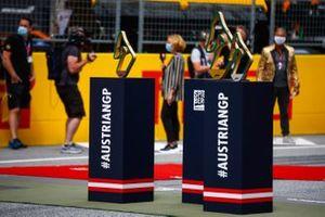 Призовые кубки на стартовой решетке Гран При Штирии