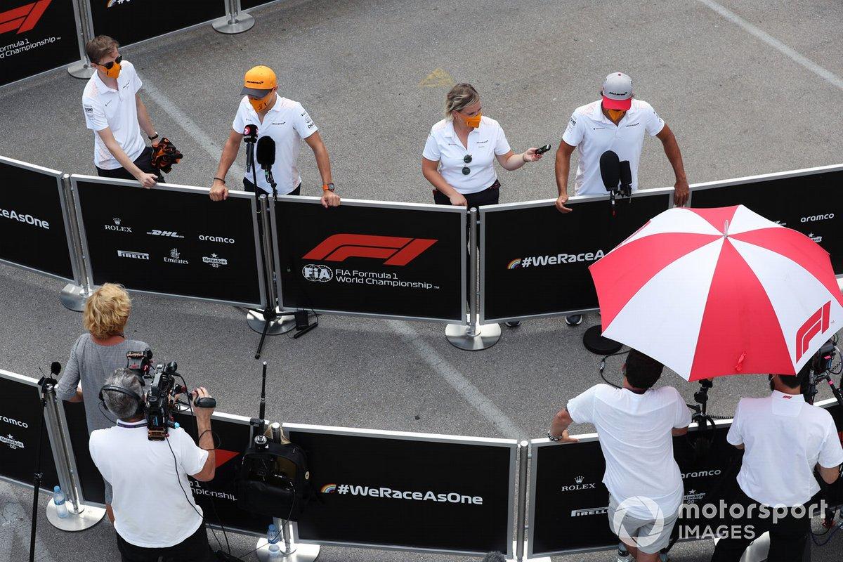 Lando Norris, McLaren y Carlos Sainz Jr., McLaren, hablan con los medios
