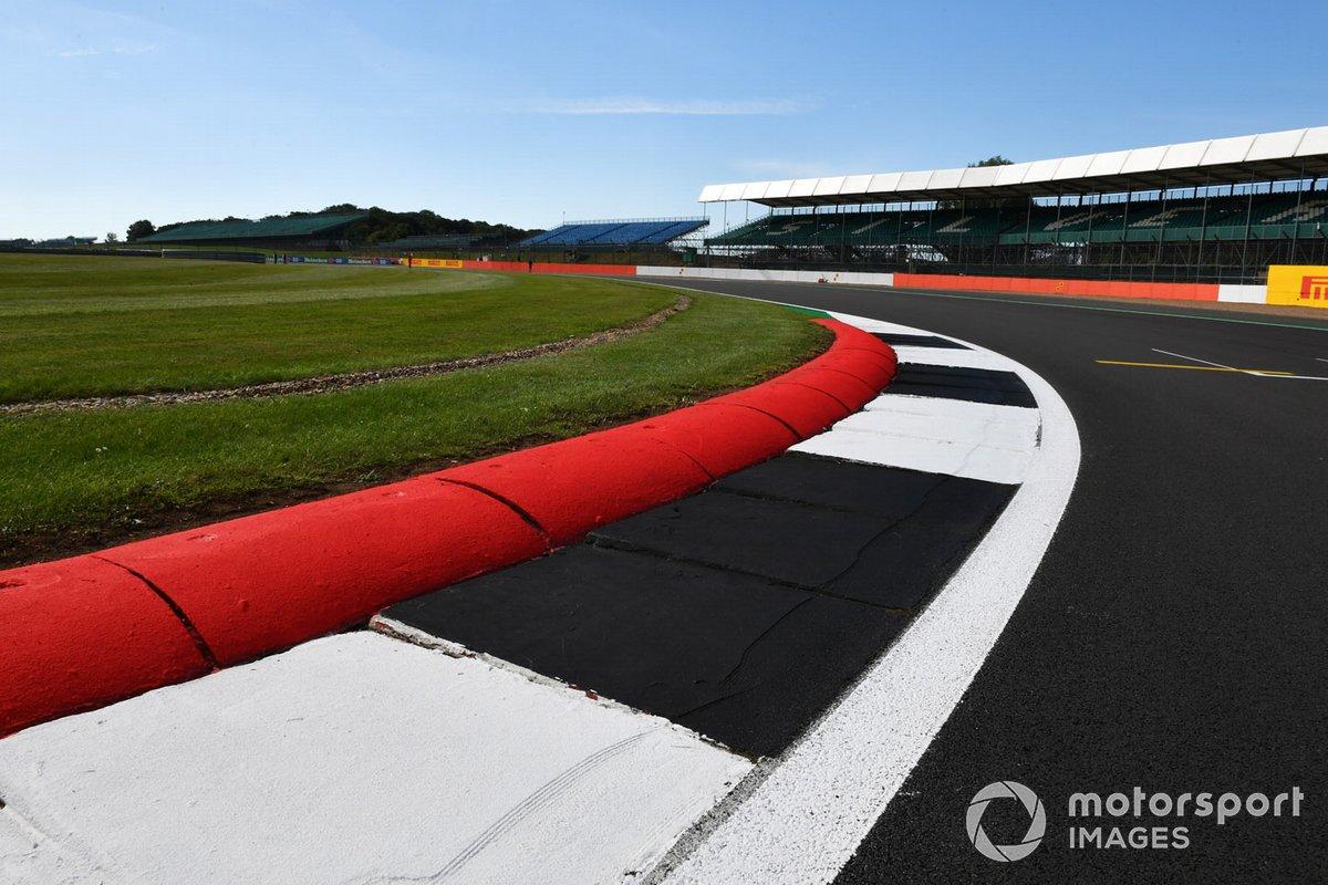 Una vista a través de uno de los bordillos de Silverstone