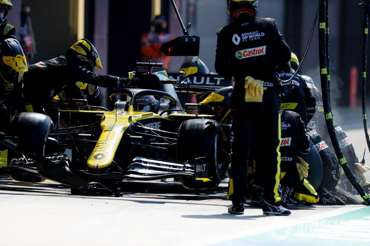 Daniel Ricciardo, Renault F1 Team R.S.20, en pits