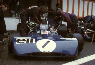 Los mecánicos trabajan en el monolaza Jackie Stewart Tyrrell 003 Ford