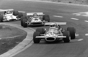 Jack Brabham, Brabham BT33 Ford lidera a Ronnie Peterson, Marzo 701 Ford y Jackie Oliver, BRM P153