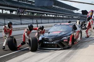 Daniel Suarez, Gaunt Brothers Racing, Toyota Camry Toyota Certified Used Vehicles pit stop