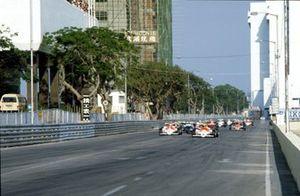 Ayrton Senna, West Surrey,Racing/Theodore, líder al inicio