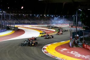 Sebastian Vettel, Red Bull RB9 Renault, y Nico Rosberg, Mercedes W04, en la salida por delante de Fernando Alonso, Ferrari F138, Lewis Hamilton, Mercedes W04
