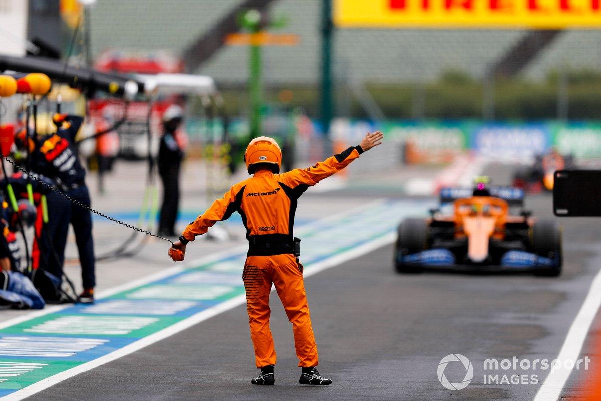 Un mecánico de McLaren dirige a Lando Norris, McLaren MCL35