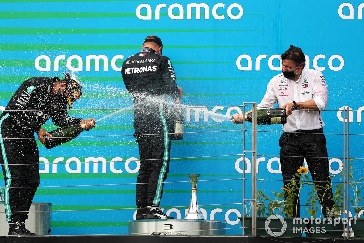 Podio: ganador Lewis Hamilton, Mercedes-AMG Petronas F1, y el tercer lugar Valtteri Bottas, Mercedes-AMG Petronas F1, rocían champán