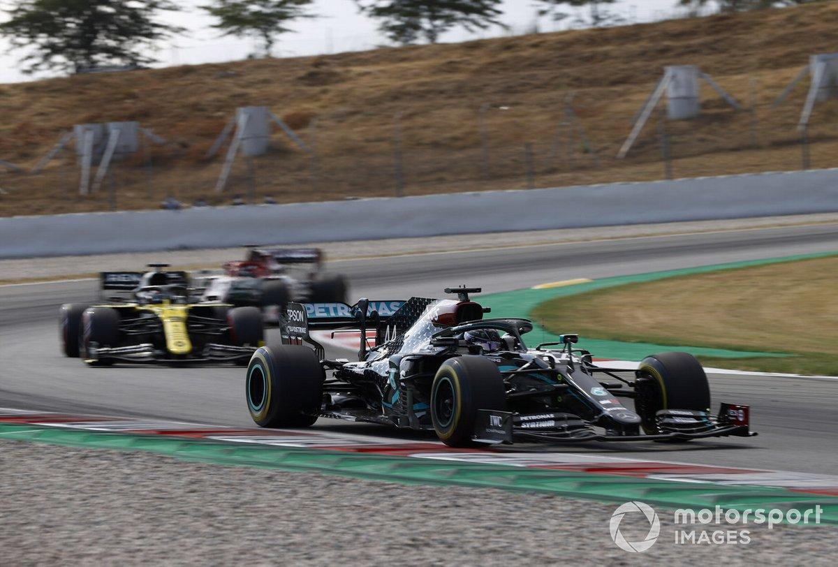 Lewis Hamilton, Mercedes F1 W11 , precede Daniel Ricciardo, Renault F1 Team R.S.20, e Kimi Raikkonen, Alfa Romeo Racing C39