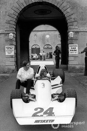 Lord Alexander Hesketh, propietario del equipo Hesketh, se sienta junto a James Hunt, Hesketh Ford 308