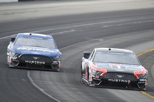 Clint Bowyer, Stewart-Haas Racing, Ford Mustang Mobil 1, Chris Buescher, Roush Fenway Racing, Ford Mustang Fastenal