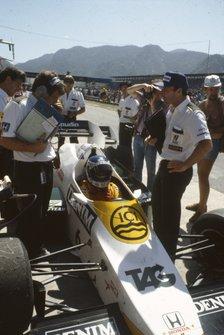 Keke Rosberg, Williams FW09 Honda, el director del equipo Frank Williams y el director técnico Patrick Head