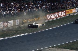 Graham Hill, Brabham BT37 Ford en el polvo después de girar en el Paddock