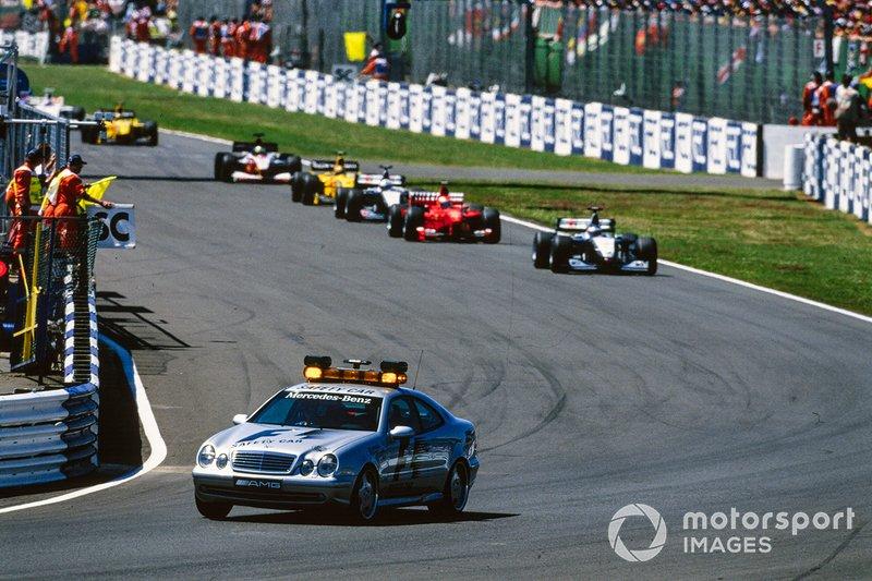 El Coche de Seguridad lleva a Mika Hakkinen, McLaren MP4-14 Mercedes, Eddie Irvine, Ferrari F399, David Coulthard, McLaren MP4-14 Mercedes, Heinz-Harald Frentzen, Jordan 199 Mugen-Honda, Ralf Schumacher, Williams FW21 Supertec, y Damon Hill, Jordan 199 Mugen-Honda