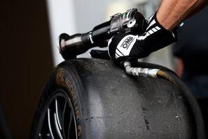 Un meccanico pronto a cambiare una gomma