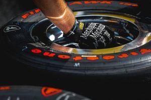 Simon Pagenaud, Team Penske Chevrolet, crew member, tire