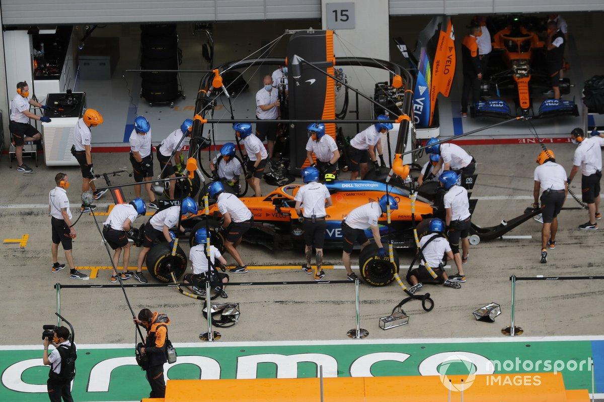 Mecánicos en el pit lane con el monoplaza de Lando Norris, McLaren MCL35