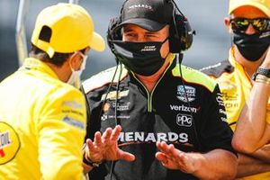 Helio Castroneves, Team Penske Chevrolet, crew member